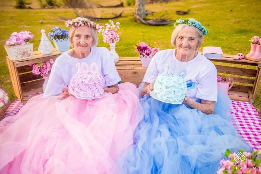 Les photos mignonnes de sœurs jumelles centenaires