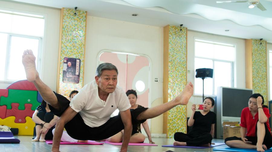 Les cours de yoga gratuits d'un yogi de 73 ans font le buzz à Hangzhou