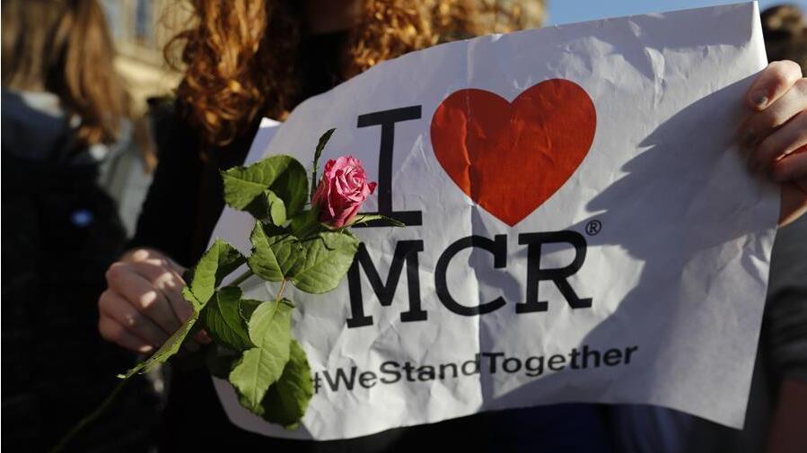 Manchester rend hommage aux victimes de l'attaque terroriste de lundi