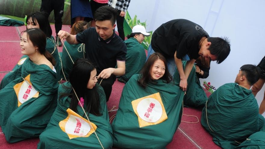 Hangzhou : des étudiants se déguisent en zongzi pour la fête des Bateaux-Dragons