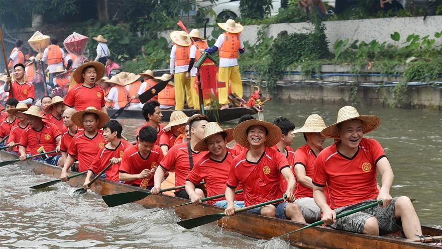 Guangzhou : une course de bateaux-dragons pour célébrer la fête de Duanwu