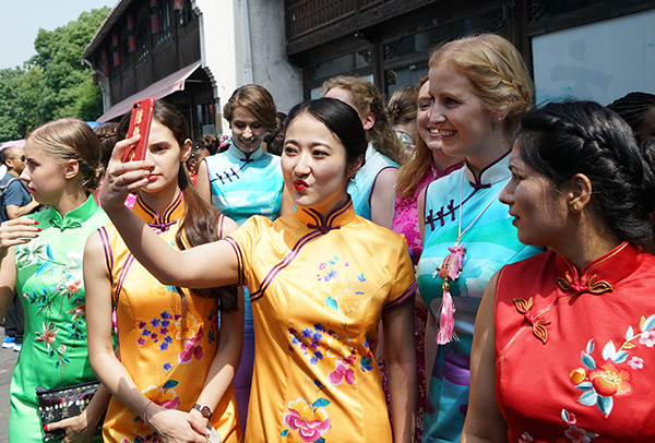 A Hangzhou, les femmes démontrent toute la beauté du qipao chinois