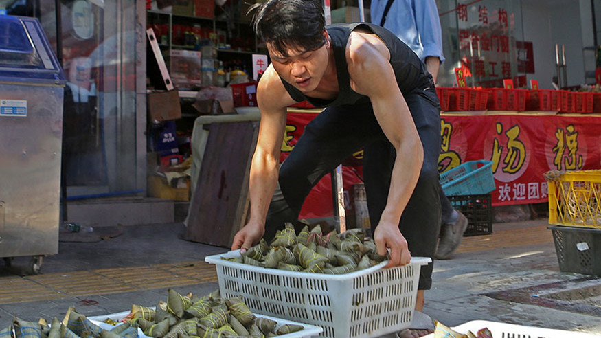 A Chengdu, le streaming en direct de la fabrication de zongzi dynamise les ventes