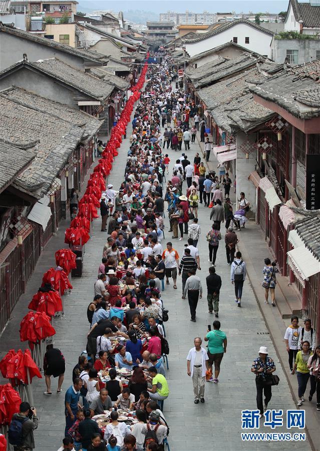 Sichuan : 15 000 habitants de l'ethnie Yi mangent ensemble pour célébrer la fête des Bateaux-Dragons