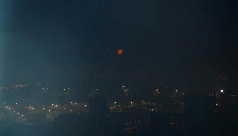 Une lune de sang s'élève au-dessus de Chongqing
