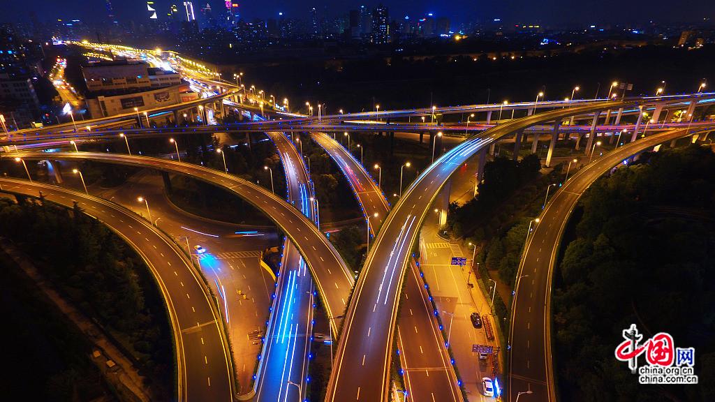Le pont autoroutier Saihong de Nanjing vu du ciel