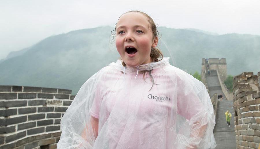 Incroyable ! Une jeune australienne atteinte de paralysie cérébrale escalade la Grande Muraille