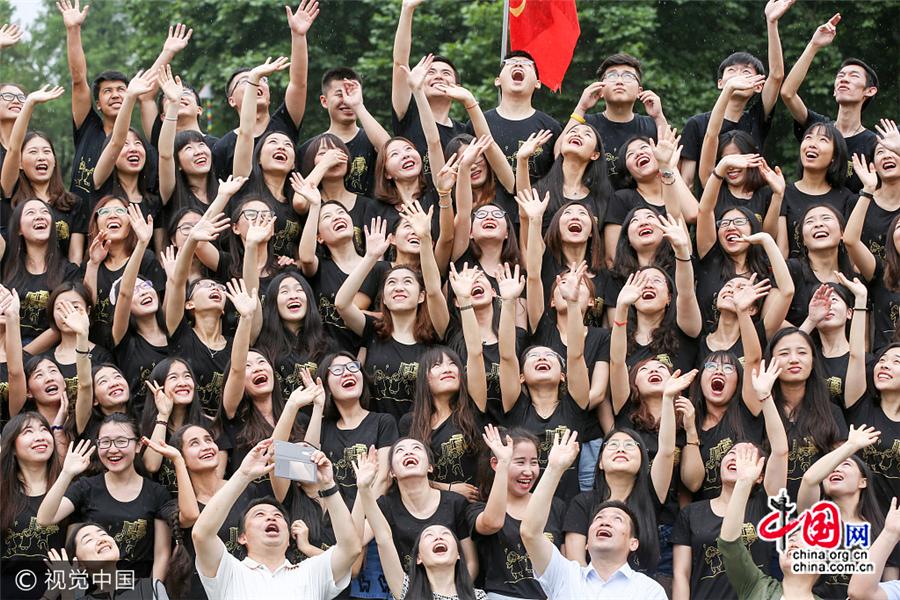 4500 diplômés posent pour une photo-souvenir