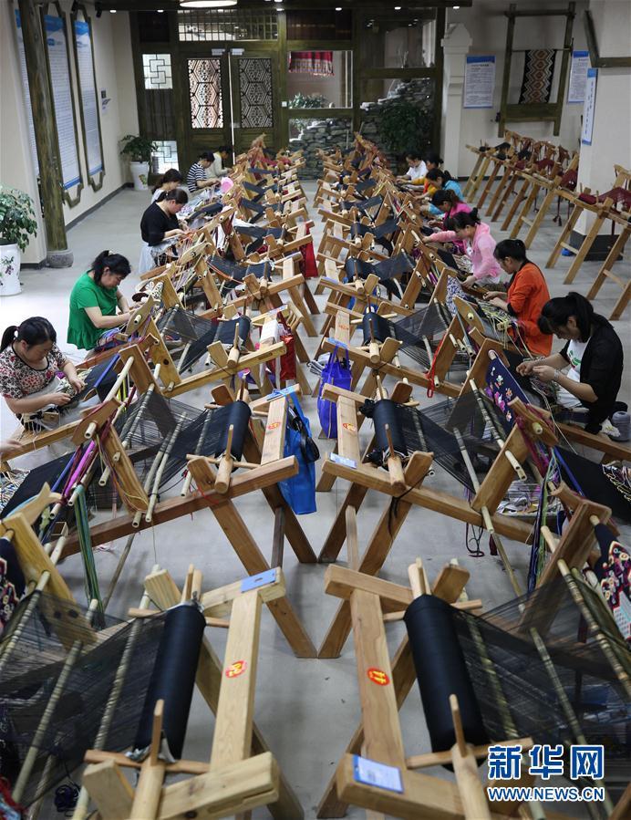 Des produits de broderie de l'ethnie des Tu, une carte de visite de Zhangjiajie