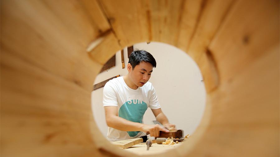un employ en col blanc quitte son emploi pour ouvrir un magasin de bricolage. Black Bedroom Furniture Sets. Home Design Ideas