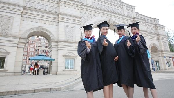Sichuan : photos de la remise de diplôme d'une étudiante enceinte
