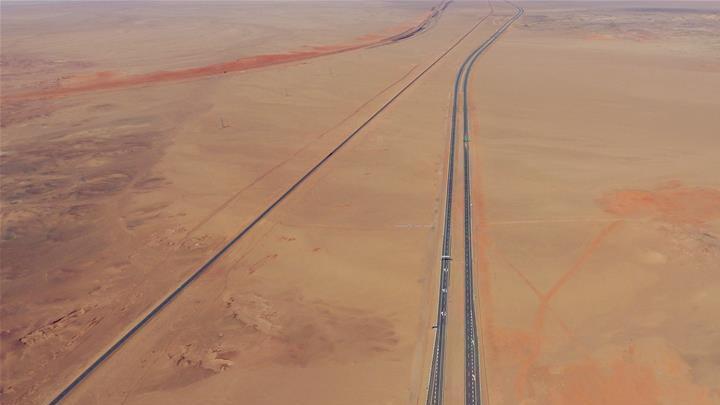 En images : construction de l'autoroute Beijing-Xinjiang, plus longue route du monde traversant un désert