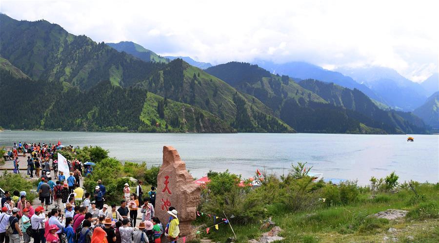 Xinjiang : le Lac Céleste du mont Tian attire de nombreux touristes