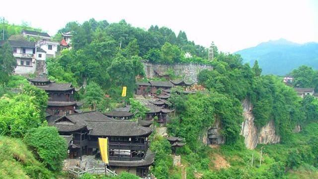 Un village millénaire perché sur une chute d'eau