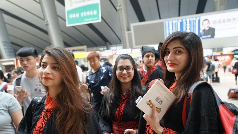 Les étudiants étrangers, vêtus de Hanfu, passionnés par la culture traditionnelle chinoise
