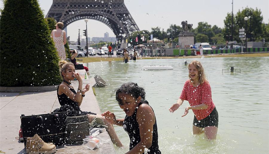 France : les hautes températures amènent les gens dans l'eau