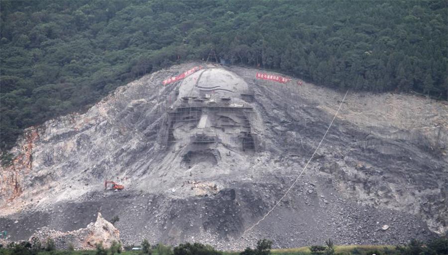Hubei : une sculpture colossale dans une ancienne carrière