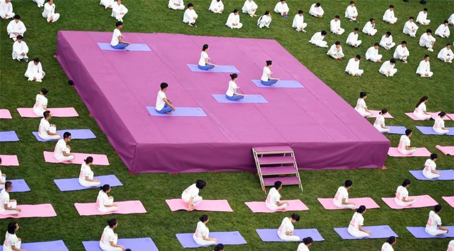Kunming : une démonstration de yoga donnée par 1 000 personnes