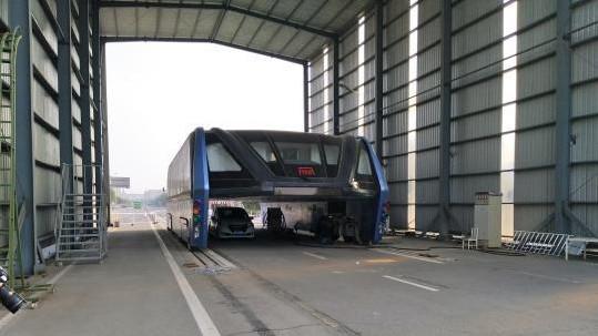 Les rails d'essais du bus de transit élevé retirés