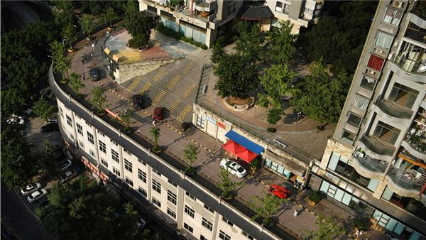 Une étonnante route sur le toit d'un immeuble de Chongqing fait sensation en ligne
