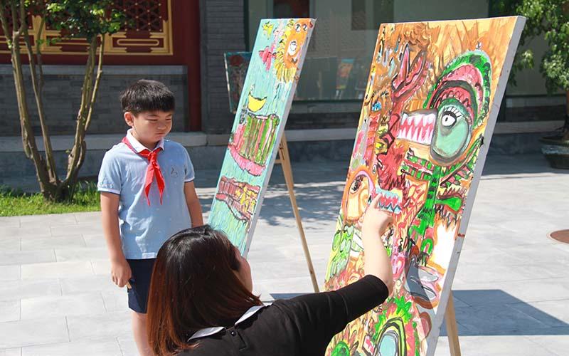 Exposition de peintures à l'huile d'enfants chinois et français à Beijing
