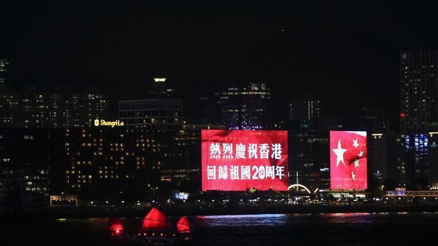 Hong Kong : le drapeau national et celui de HK en LED au port Victoria