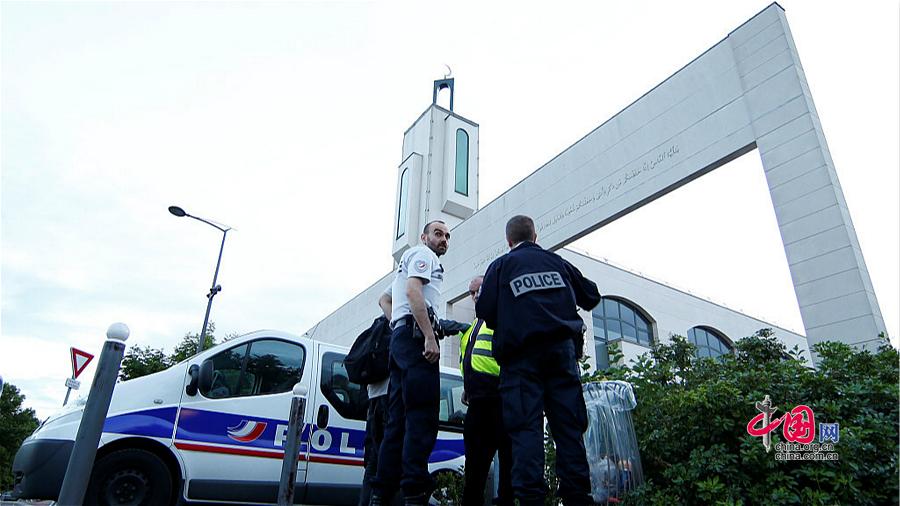 Créteil : un homme tente de foncer en voiture sur une mosquée