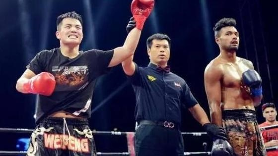 Sun Weipeng, disciple du maître Yi Long, bat un boxeur français
