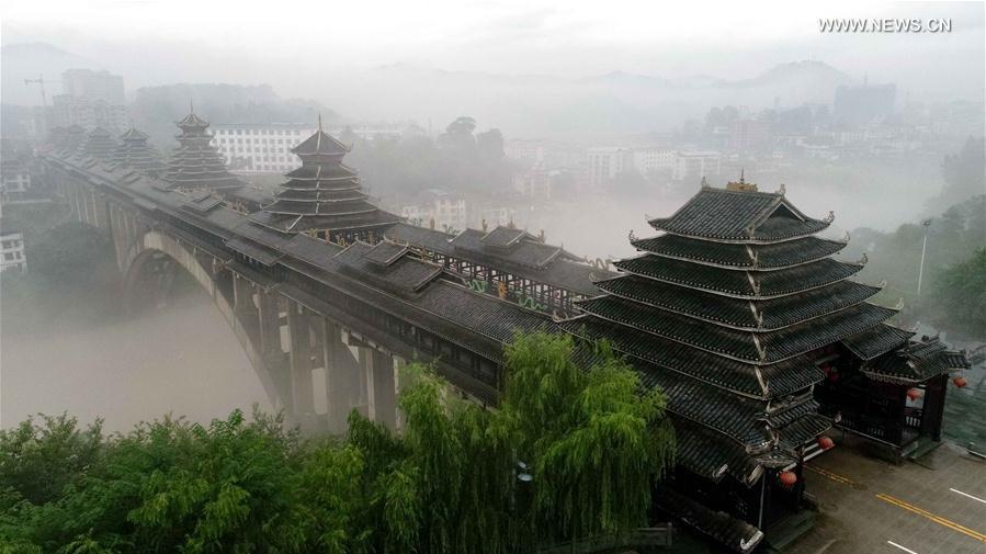En photos : les paysages d'un comté du Guangxi dans la brume