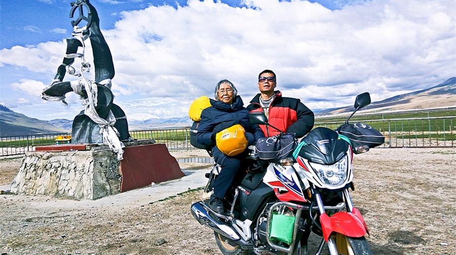 Un homme offre à sa mère de 84 ans une promenade en moto au Tibet