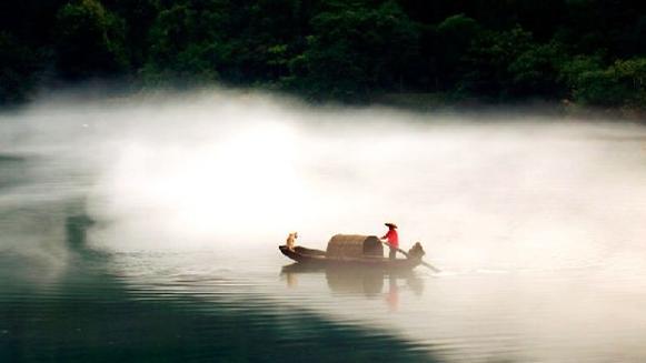 Un brouillard diffus sur le fleuve Xiaodongjiang