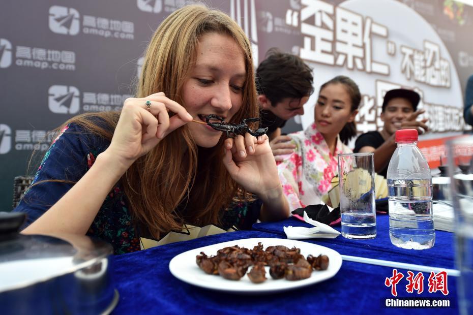 Beijing : des étrangers essaient des snacks chinois insolites