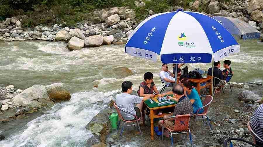 Chengdu : jouer au mah–jong au bord de l'eau pour fuir la chaleur