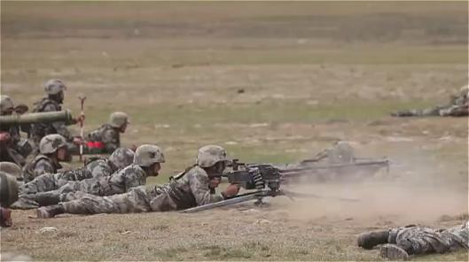 Simulations de guerre de l'APL sur le plateau Qinghai-Tibet