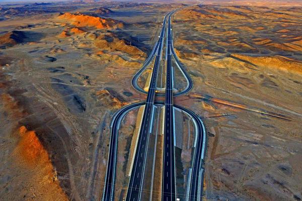 Une nouvelle autoroute rapproche le Xinjiang de Beijing