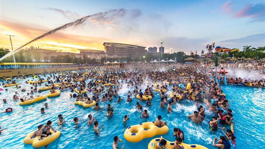 Les habitants de Wuhan fuient la vague de chaleur dans un parc aquatique