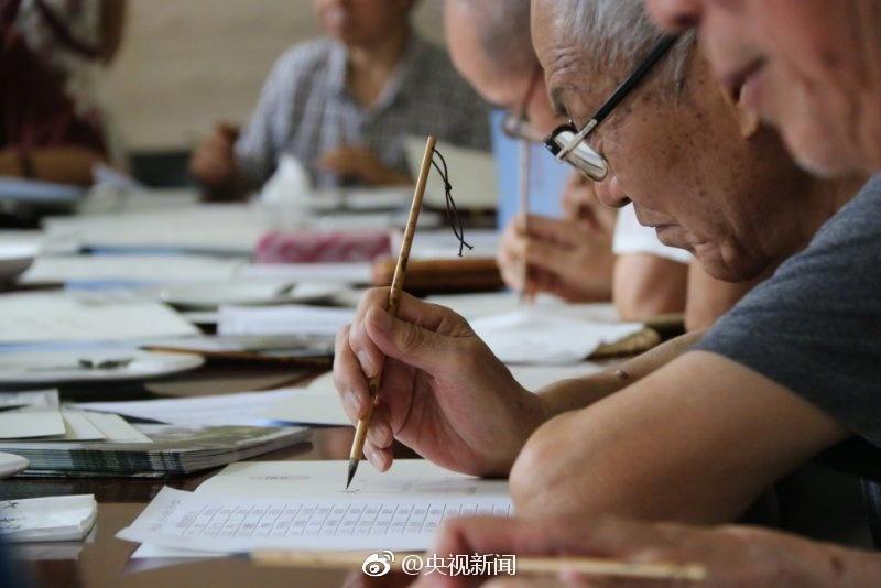 Des lettres d'admission à l'université au pinceau de calligraphie