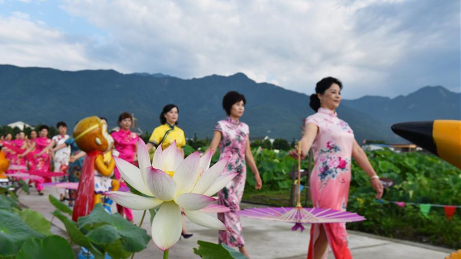 Un défilé de qipao au milieu des fleur de lotus