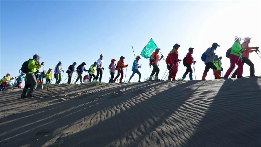 Des randonneurs bravent la chaleur extrême pour une traversée du désert