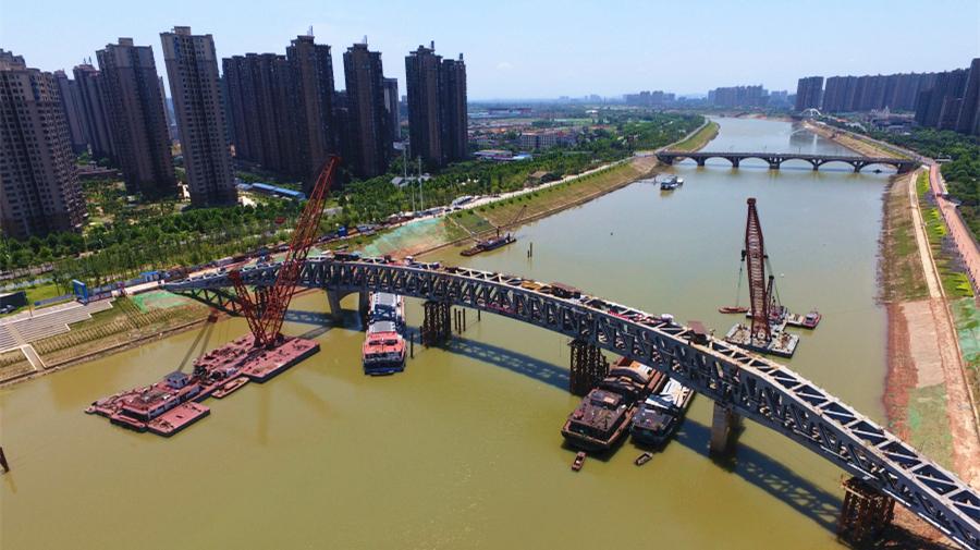 Chine : un pont piétonnier en construction dans le Hunan