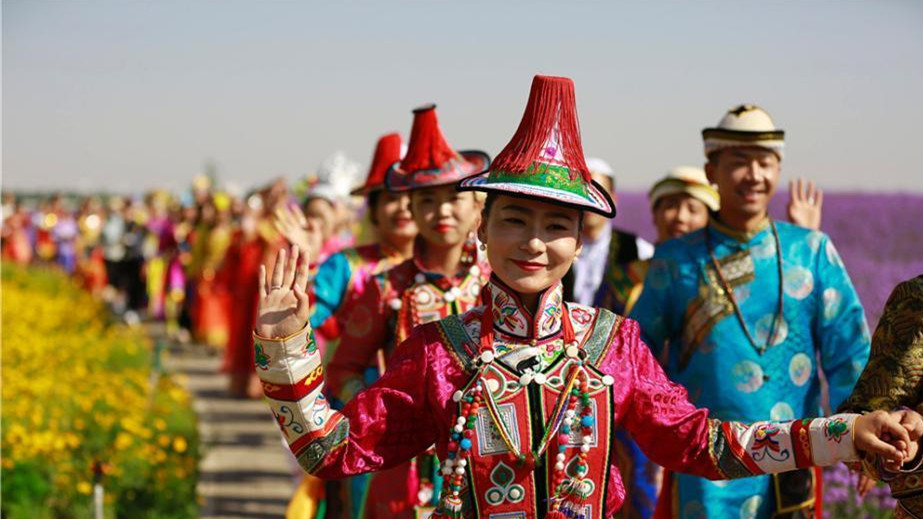 Mariage collectif en costumes traditionnels chinois