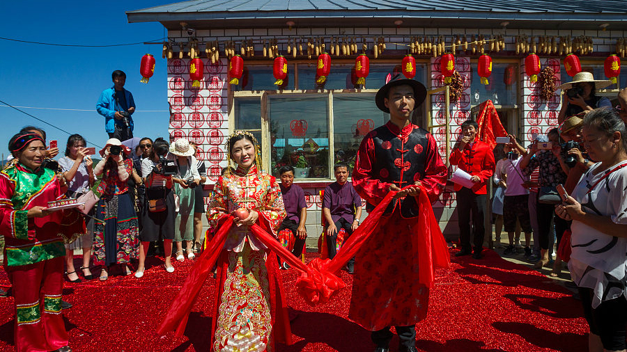 Le mariage traditionnel chinois d'un couple moderne