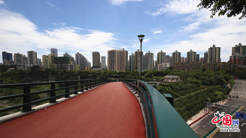 Une passerelle aérienne pour admirer les paysages de Chongqing