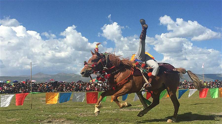 Les spectateurs conquis par les impressionnants cavaliers du festival équestre de Jiatang