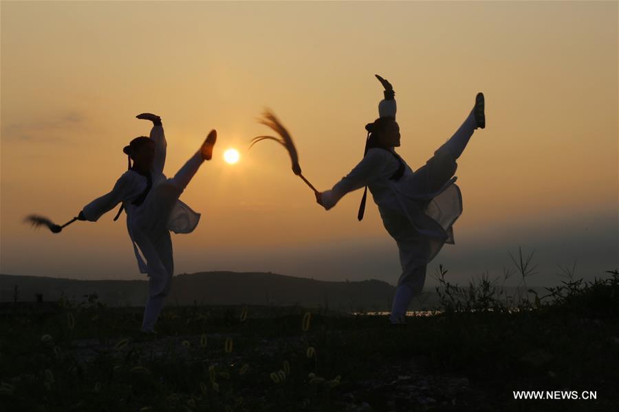Malgré la chaleur estivale, les Chinois s'adonnent aux exercices en extérieur