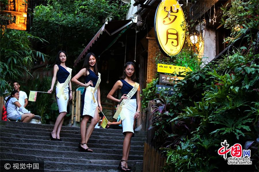 Des candidates à un concours de mannequinat visitent le quartier de Ciqikou