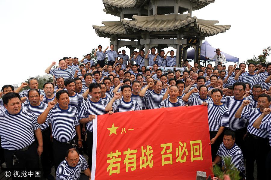 Des militaires à la retraite grimpent un sommet de 2 000 mètres pour le 90e anniversaire de l'APL