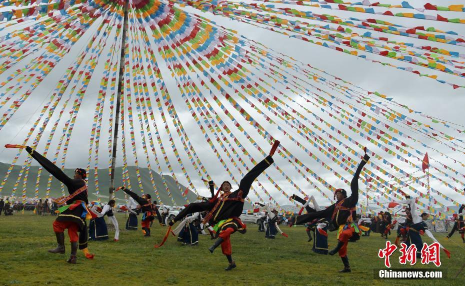 Sichuan : tenue du Festival des tentes à 4500 m d'altitude