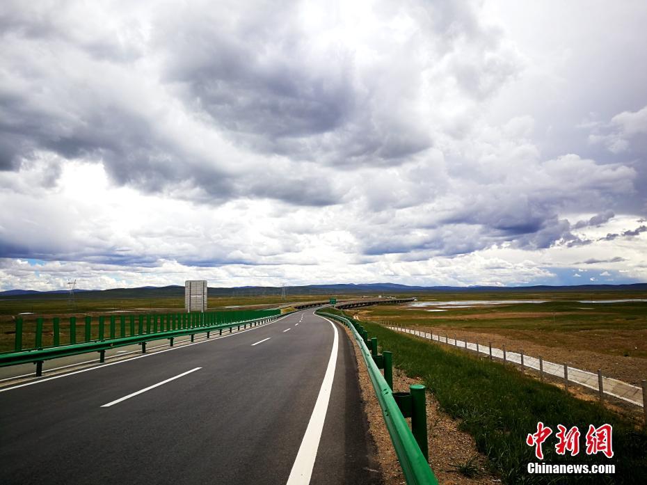 Ouverture d'une autoroute sur le permafrost du plateau Qinghai-Tibet