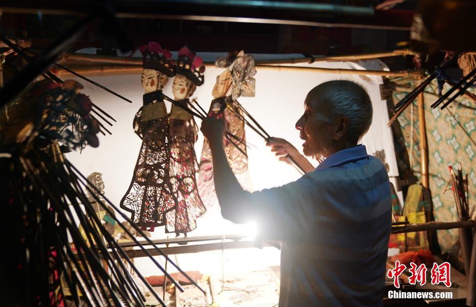 Hunan : un paysan de 85 ans et sa passion des ombres chinoises